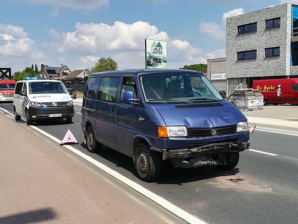Twee voertuigen liepen bij de aanrijding schade op maar er vielen geen gewonden.