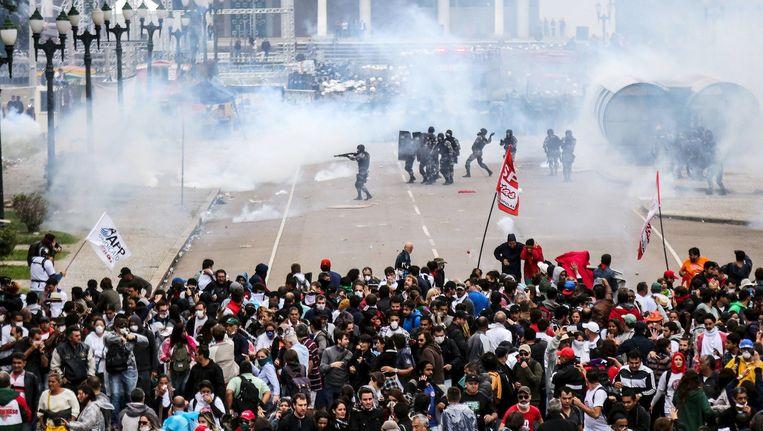 Agenten vuren rubberen kogels op demonstranten tijdens een lerarenprotest in het zuiden van Brazilië. Beeld reuters
