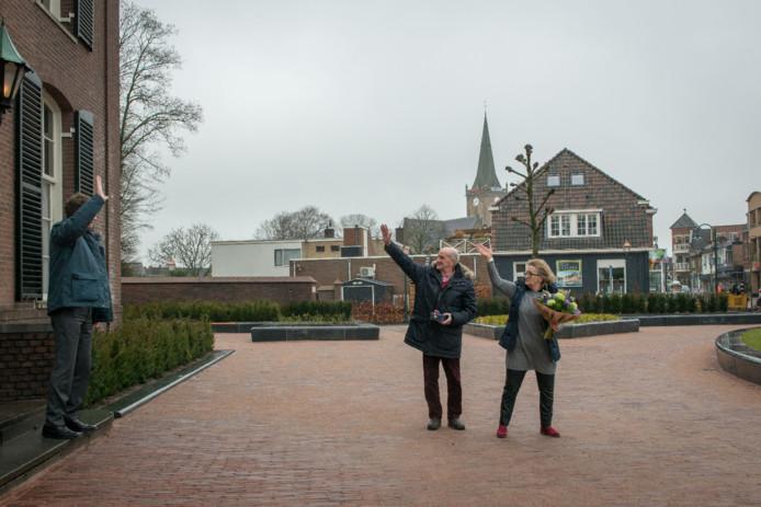 Jan van Dalen ontving een onderscheiding van de wethouder en laat de markt in Heerde na tientallen jaren nu achter zich.