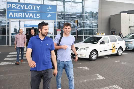Mickey van der Hart wordt op het vliegveld in Polen opgepikt door Wojciech Tabiszewski, sportdirecteur van Lech Poznan.