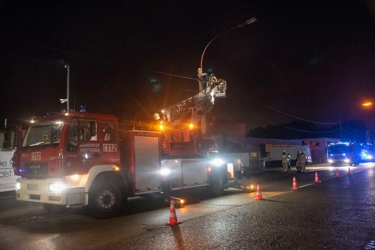 Op de Kwatrechtsteenweg vatte een straatlantaarn vuur. De brandweer zette de straat af voor controle.