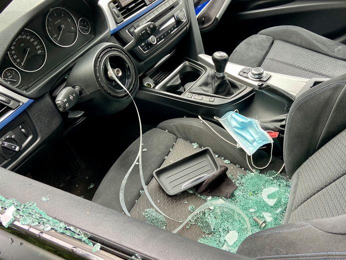 De daders sloegen de ruit aan de bestuurderskant in en gingen aan de haal met het stuur en de airbag