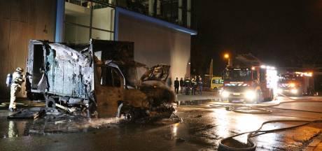 Vrachtwagen door brand verwoest op bedrijventerrein Utrecht: vuur mogelijk aangestoken
