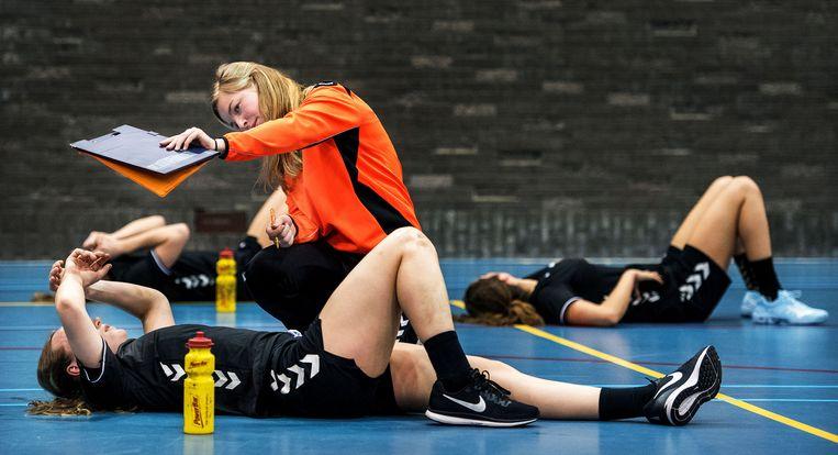 Jonge handbalsters krijgen de resultaten te zien van een test. Beeld Klaas Jan van der Weij / de Volkskrant