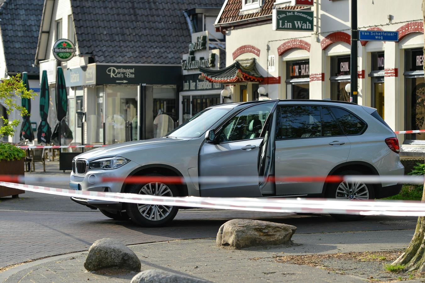De zilvergrijze taxi van de neergestoken chauffeur.