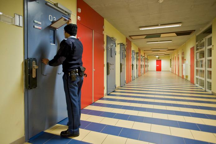 Archiefbeeld: Een cipier controleert dinsdag een van de cellen in de penitentiaire inrichting in Tilburg