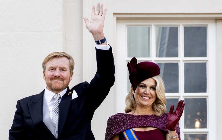 Koning Willem-Alexander en koningin Máxima zwaaien op Prinsjesdag vanaf het balkon van Paleis Noordeinde. Beeld ANP