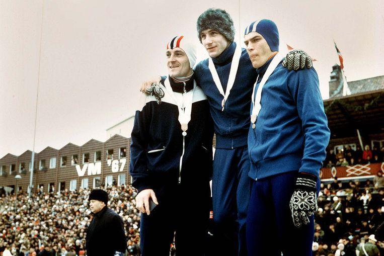 Kees Verkerk (midden) wordt in 1967 in het Bislett-stadion gehuldigd als wereldkampioen. Naast hem de nummers 2, Ard Schenk (rechts), en 3, de Noor Fred-Anton Maier. (ANP) Beeld