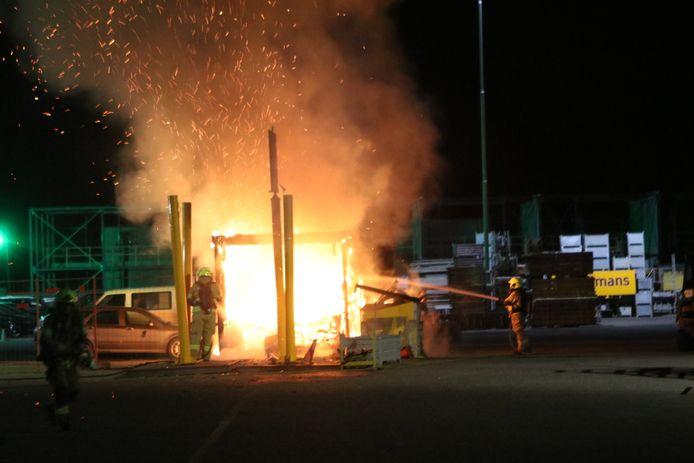 De bouwkeet werd door het hoogoplaaiend vuur volledig vernield.