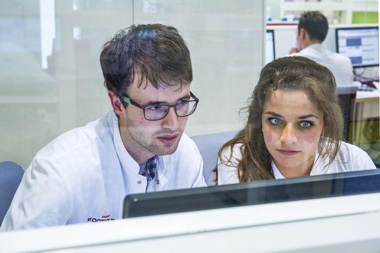 Een arts in opleiding en een coassistent Beeld Angeliek de Jonge