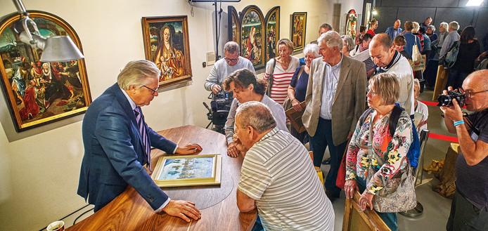 In de rij voor een oordeel van kunstkenner Paul van Rosmalen. In totaal ontving Museum Krona bijna 900 bezoekers.