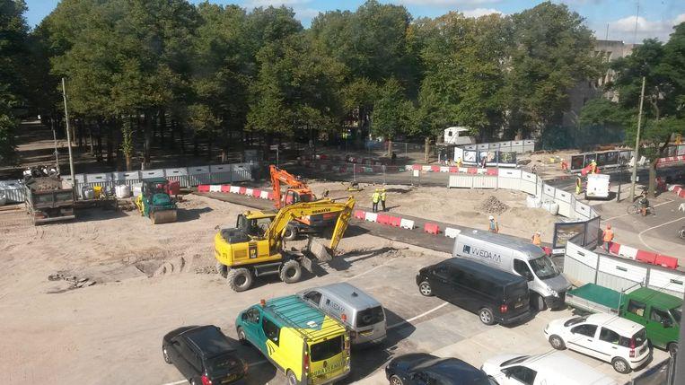 Een tijdelijk stukje asfalt, speciaal voor het staatshoofd. Beeld Haagse redactie Volkskrant