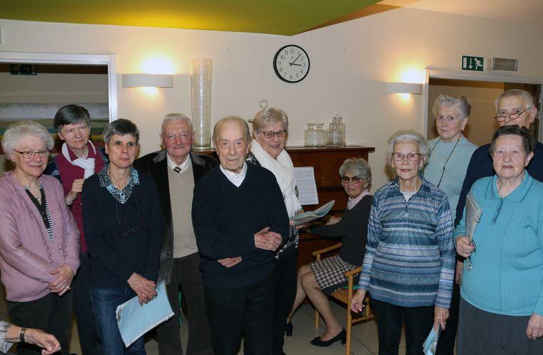 De koorcollega's van Jerome (in het midden) waren ook aanwezig op zijn verjaardagsfeest.