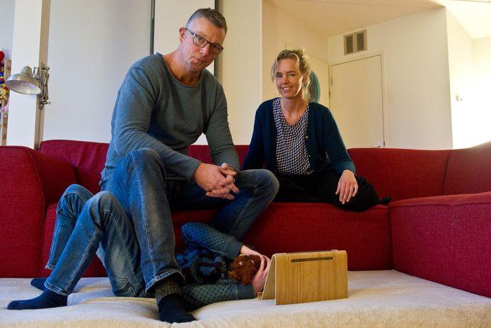 Annemarie Haverkamp thuis met man Rob en zoon Job.