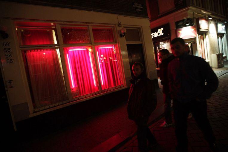 Bezoekers van de Amsterdamse Wallen. Beeld AFP