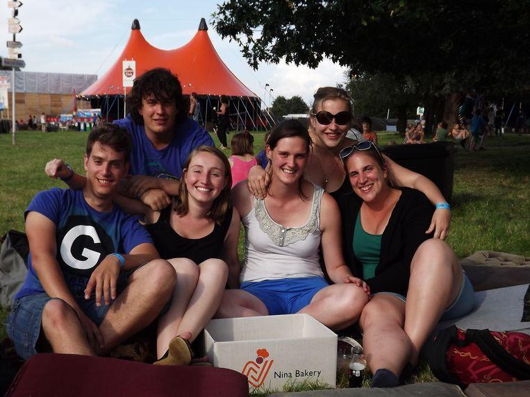 """Vern, Jeroen, Sarah, Tinne, Evelien en Lise (vlnr) verbroederen. """"Wij spreken hier elk jaar af."""""""