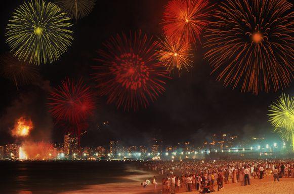 Vuurwerk aan het wereldberoemde Copacabana-strand in Rio de Janeiro.