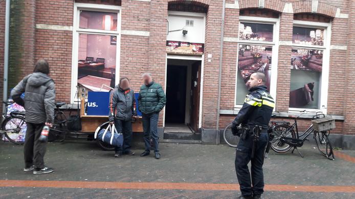 Ooit zat in de Dommelstraat een coffeeshop. Die werd gesloten wegens overlast maar de verkoop ging wat later gewoon verder. Dus klopt de politie er opnieuw aan.