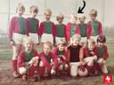 Herken jij dit vrolijke ventje van een jeugdteam uit Haaksbergen? Hij moet hier een jaar of 9 geweest zijn. Teamgenootjes bij Bon Boys wisten toen al: onze aanvoerder wordt ooit trainer.