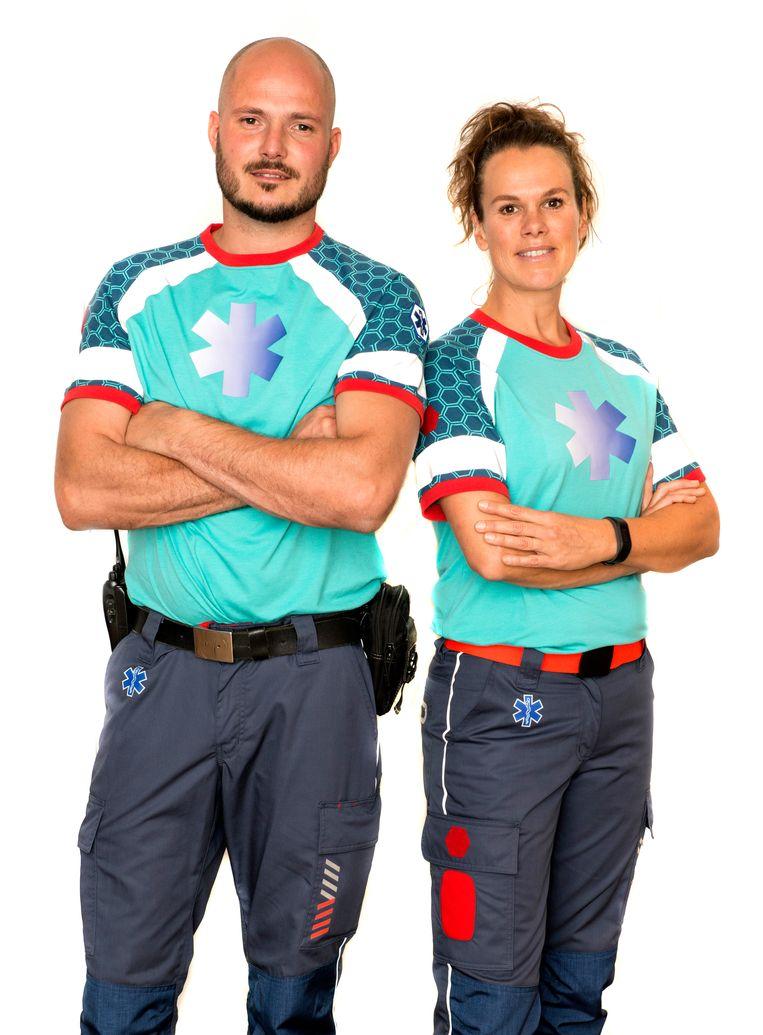 De kledinglijn voor ambulancepersoneel 'A touch of red' bestaat onder meer uit een broek, jas, signaalvest en fleecetrui.  Beeld