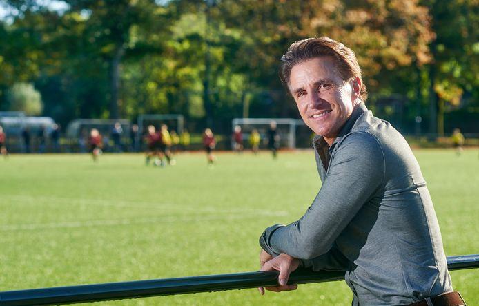Marc van Hintum langs de lijn bij voetbalclub Margriet in Oss, waar hij zelf ook voetbalde.
