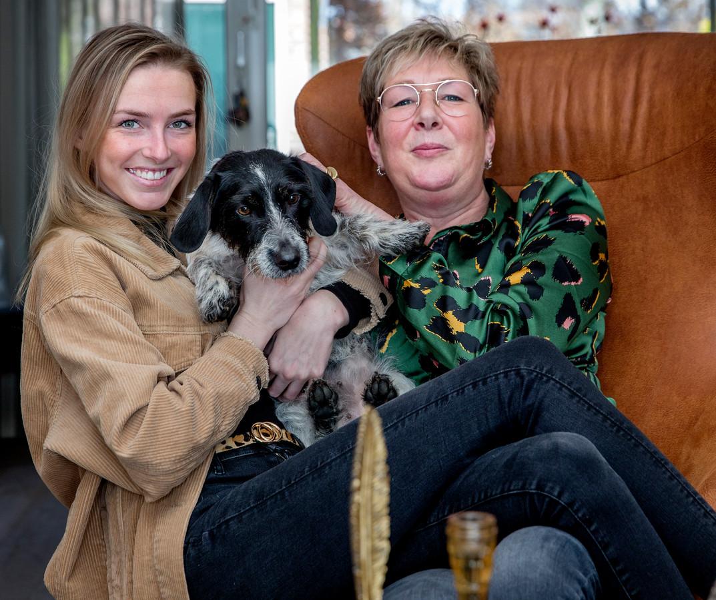 Hetty (r) en Fenne Vos en hun hondje Fien