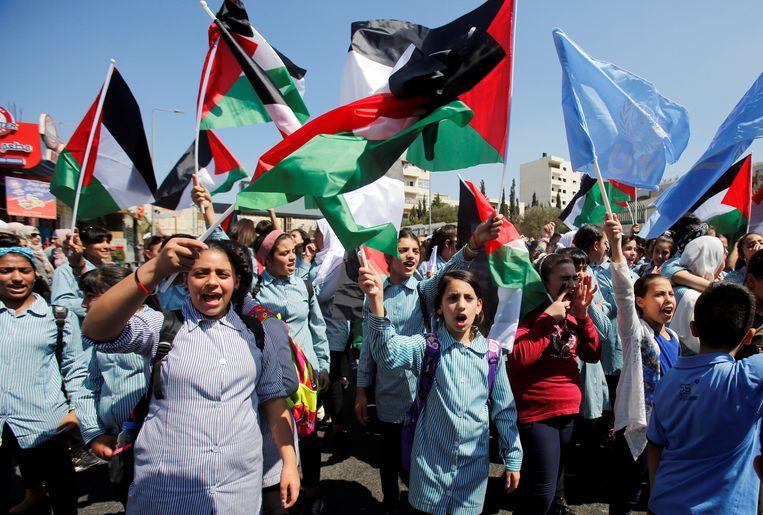 Palestijnse schoolmeisjes tijdens een betoging in Betlehem op de Westelijke Jordaanoever tegen de beslissing van de VS om hun steun aan UNRWA te annuleren.