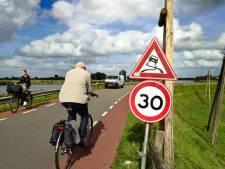 'Spekglad' asfalt op dijk in Gouderak: 'Je voelt dat je zweeft, dat is eng'