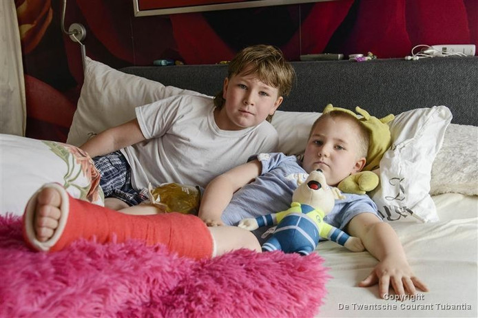 Rico-Jay de Boer (7) samen met zijn broertje Ryan na het ongeval bij De Waarbeek.
