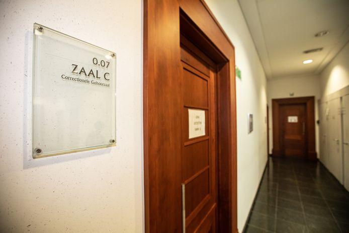 D. (38) kwam zelf naar de strafrechtbank in Tongeren voor de behandeling van de zaak. Zijn partner R. (28) daagde niet op.