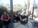De mannen van De Ouwe Drijverschuit bakken vis op potkacheltjes.