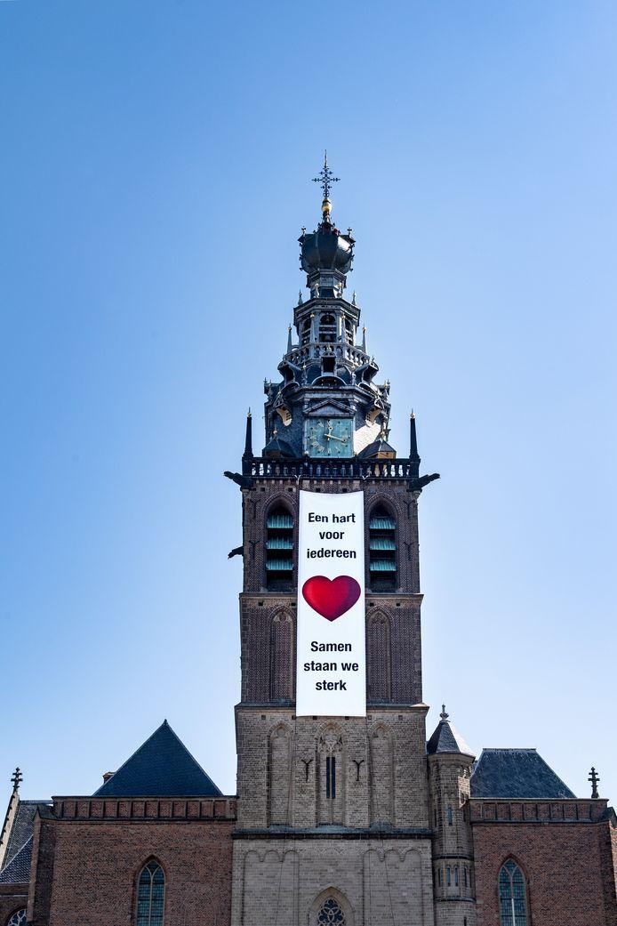De vlag met het rode hart die wappert vanaf de Stevenskerk.