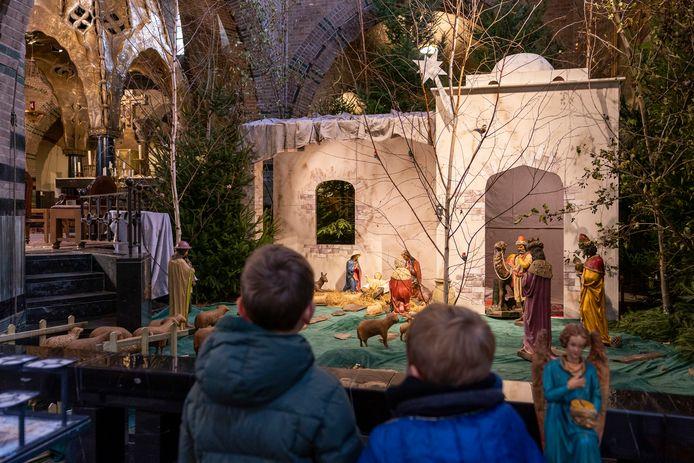 Mensen kunnen de kerststal in de Waalwijkse Sint Jan al bekijken.