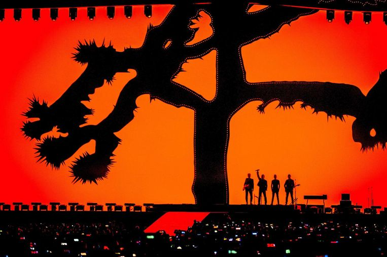 De Joshua Tree is de hele avond prominent aanwezig in het decor. Beeld epa