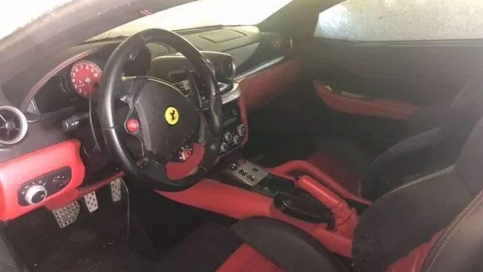 Het interieur van de stoffige Ferrari 599.