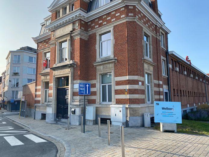 Het appartement ligt in de vroegere inkomhal van het Van Eyckzwembad.