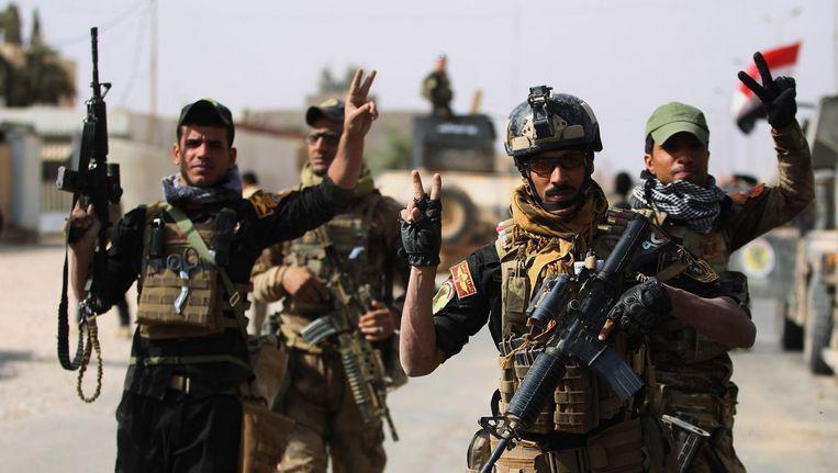 Irakese soldaten maken een vredestaken. Beeld AFP