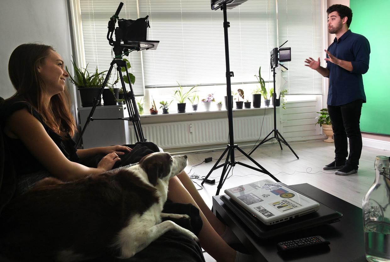 Davide Dispenza en Adri Pendleton produceren video's in hun woonkamer. Beeld Marcel van den Bergh / de Volkskrant