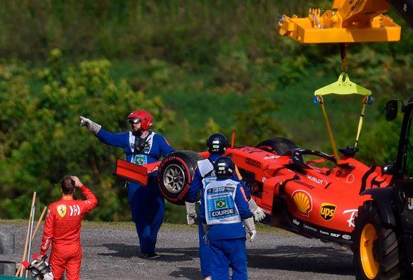 Vettel ziet z'n bolide getakeld worden.