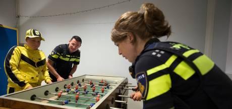 Potje tafelvoetbal met de jeugdagent die met mobiel politiebureau naar jeugdhonk komt