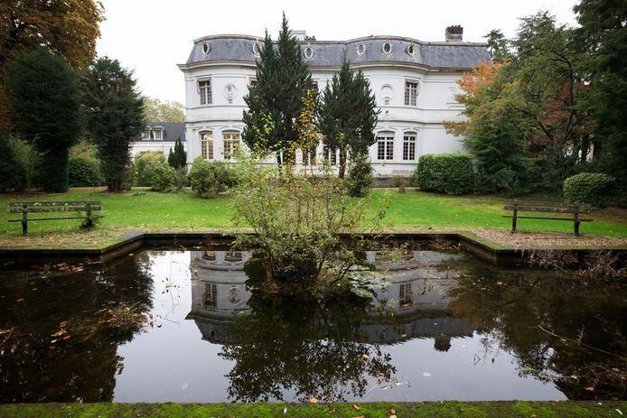 De spiegelvijver aan de achterkant van Villa Trianon aan de Baronielaan.
