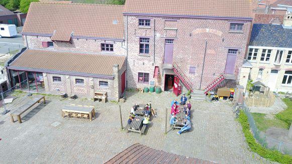 Op de site van de oude brouwerij Sint-Joris in Reningelst organiseert De Kinderbrouwerij een brouwersworkshop voor kinderen.