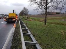 Automobiliste komt in droogstaande sloot terecht op A17 bij Klundert