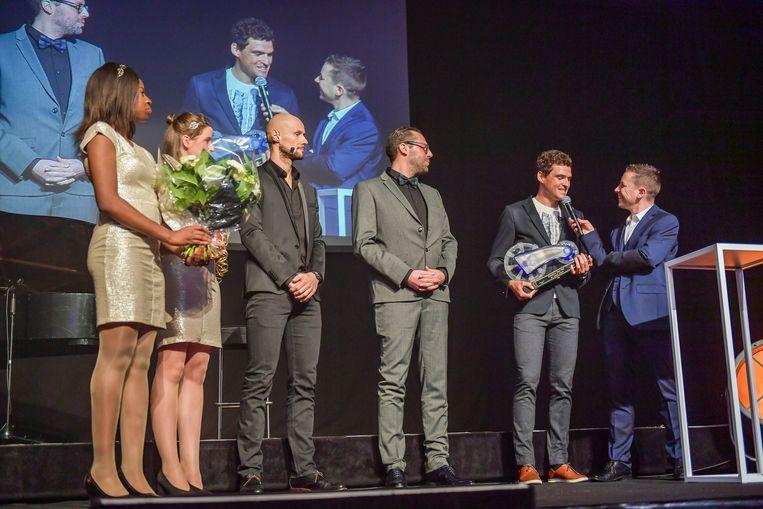 Greg Van Avermaet spreekt met Merijn Casteleyn op het podium. Verder herkent u ook Tom Boonen en Jeroen Vandeputte, de Chef sport van Het Laatste Nieuws.