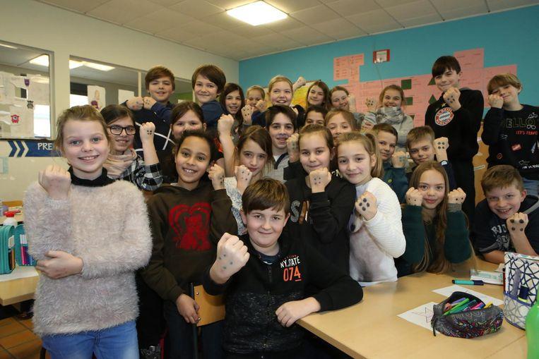 De hele klas tekende vier stippen op de hand, het symbool tegen pesten.