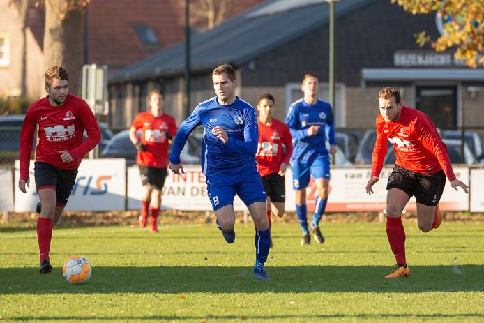 Yanick Sol van Hoogeloon, hier in het blauwe tenue in actie tegen Acht, maakte voor de koploper beide goals tegen SDO'39.