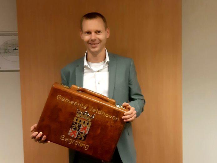 Wethouder Jeroen Rooijakkers met 'het koffertje' met daarin de Veldhovense begroting.