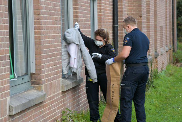 Politie stelt sporen veilig bij het onderzoek naar een steekpartij in het azc in Nijmegen.