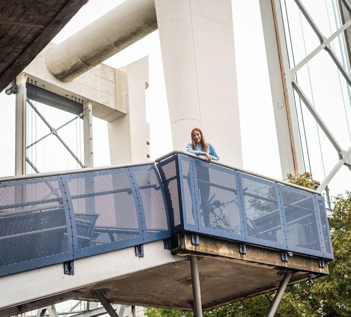 Michelle van Timmeren op de trap richting de Zwijndrechtse brug, onderweg naar huis.