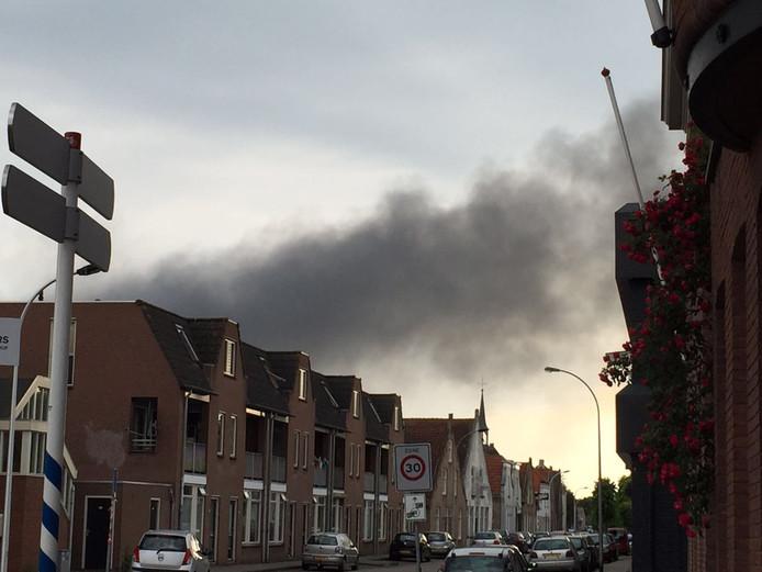 De brand is ook te zien vanuit de wijk Besoyen in Waalwijk.